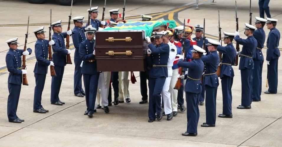 14.nov.2013 - Corpo do ex-presidente João Goulart, o Jango, é recebido com honras militares na Base Aérea de Brasília