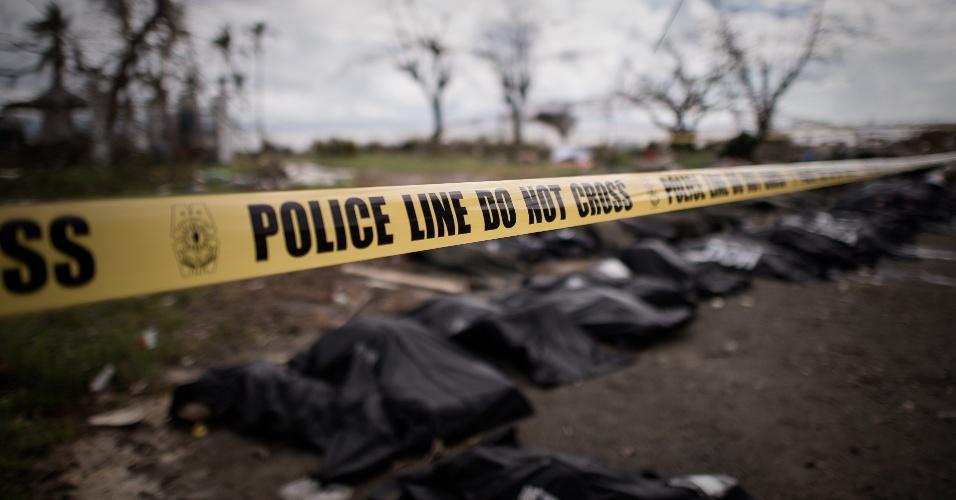 14.nov.2013 - Corpos de vítimas do tufão Haiyan são alinhados em Tacloban, na ilha de Leyte (Filipinas). Cadáveres em decomposição nas ruas da cidade são uma ameaça de saúde crescente após a passagem do tufão deixar milhares de mortos