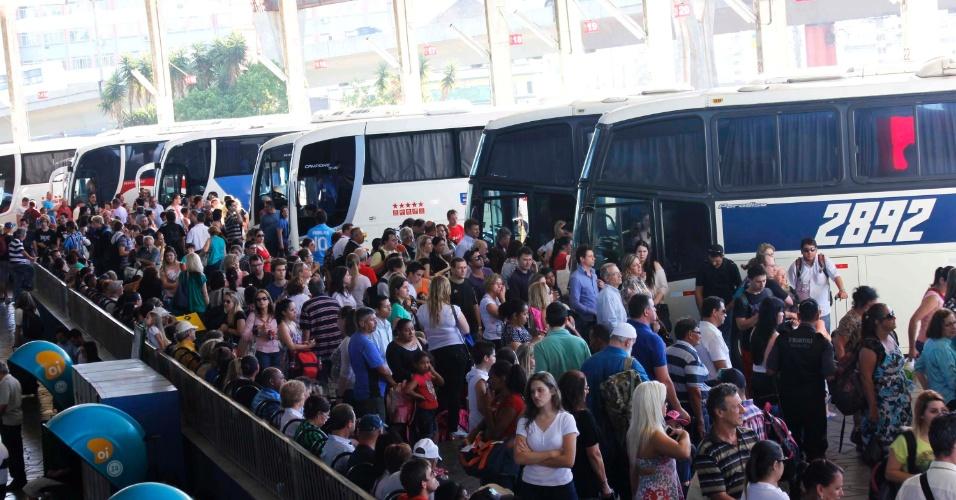 14.nov.2013 - Passageiros em plataforma de ônibus da rodoviária de Porto Alegre (RS), nesta quinta-feira (14)