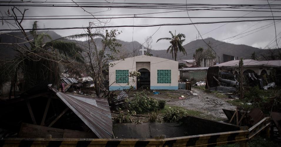14.nov.2013 - Pequena igreja permanece de pé em meio a escombros após a passagem do tufão Haiyan em Tacloban, Filipinas