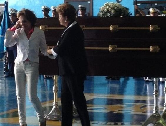 14.nov.2013 -  Presidente Dilma consola viúva do ex-presidente João Goulart, Maria Tereza Goulart, durante a cerimônia de recepção dos restos mortais de Jango