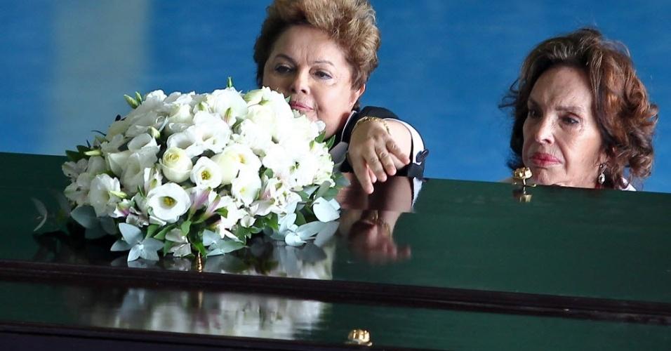 14.nov.2013 - Presidente Dilma Roussef acompanha a viúva do ex-presidente João Goulart, Maria Teresa Goulart, e coloca flores sobre o caixão com os restos mortais de Jango