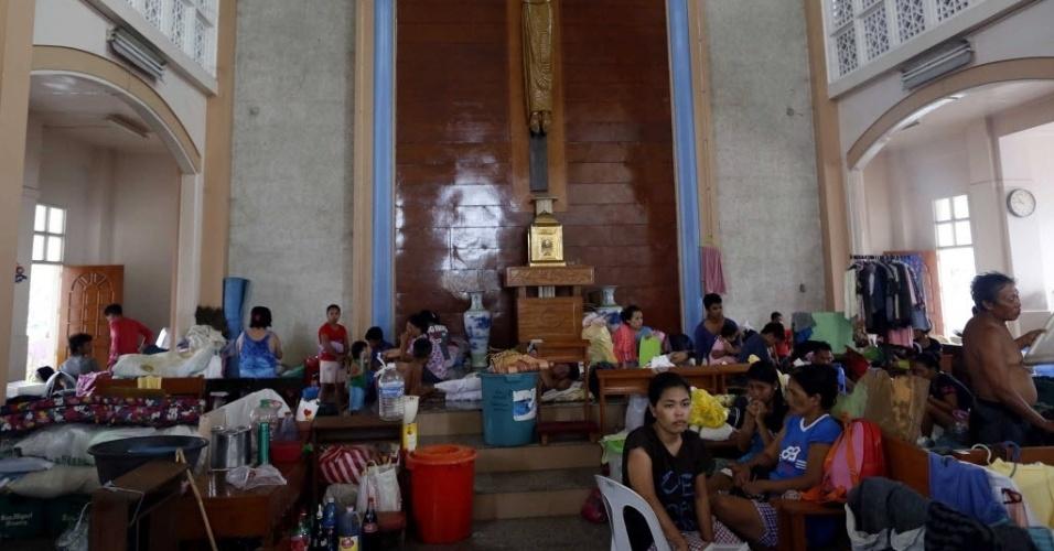 14.nov.2013 - Sobreviventes se abrigam em igreja em Tacloban, Filipinas. Integrantes da organização humanitária Médicos Sem Fronteiras afirmaram que muitas vítimas do tufão Haiyan não têm recebido ajuda ainda devido a problemas logísticos