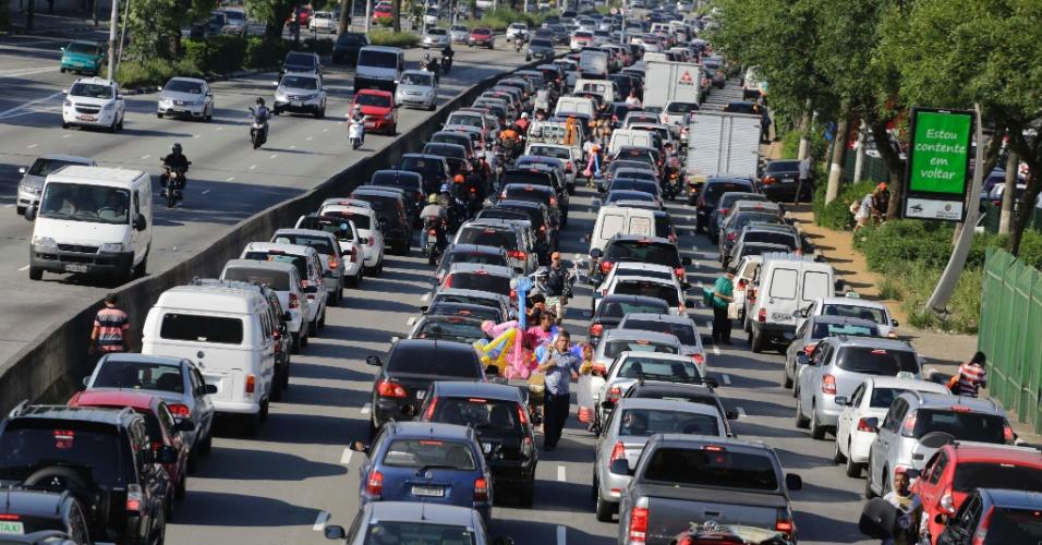 14.nov.2013 - Trânsito ficou carregado na avenida Tiradentes, região central da capital paulista, nesta quinta-feira (14), véspera de feriado prolongado da Proclamação da República. Às 18h, a capital registrava 309 km de engarrafamento, o maior congestionamento da história, desde 1980