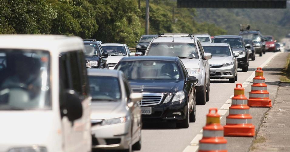 14.nov.2013 - Rodovia dos Imigrantes tem trânsito lento na descida da serra, em direção a Santos, em São Paulo, nesta quinta-feira (14), véspera de feriado da Proclamação da República