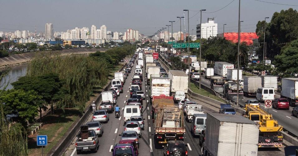 14.nov.2013 - Trânsito intenso na tarde desta quinta-feira (14), na Marginal Tietê em São Paulo, SP, altura da ponte do Piqueri, sentido Ayrton Sena