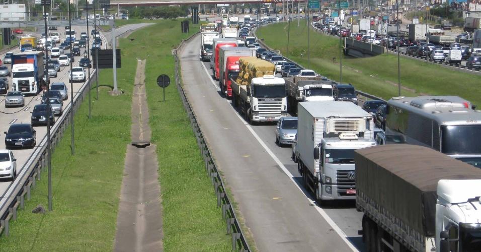 14.nov.2013 - Trânsito na rodovia Castello Branco, na altura da cidade de Barueri (SP), nesta quinta-feira (14)