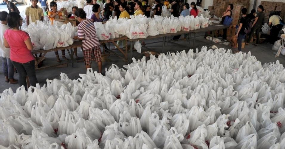 14.nov.2013 - Voluntários organizam doações para vítimas do tufão Haiyan nas Filipinas, no Departamento de Desenvolvimento e Bem-Estar Social de Manila