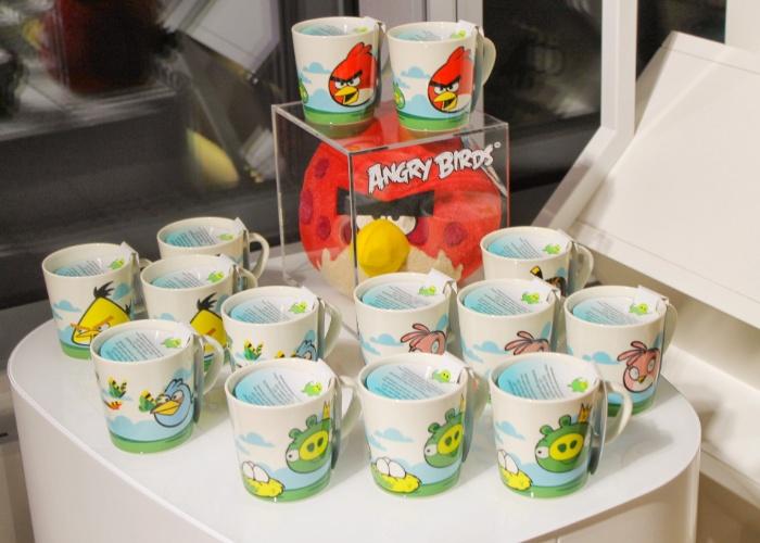 """Canecas de """"Angry Brids"""" são expostas em loja conceito da Rovio, na sede da empresa na cidade de Espoo (Finlândia) . Segundo a empresa, já são mais de 13 mil tipos de produtos inspirados pelo popular jogo"""