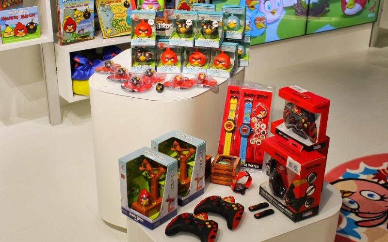 Linha de produtos da Rovio, desenvolvedora do ''Angry Birds'', conta com controles para videogame, pendrives, fones de ouvido e relógios para criança. Segundo a empresa, já são mais de 13 mil tipos de produtos inspirados pelo popular jogo