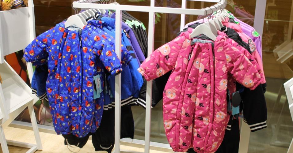Loja conceito na sede da Rovio em Espoo (Finlândia) vende roupas para crianças. Essas acima, em destaque, custam 55 euros (cerca de R$ 172)