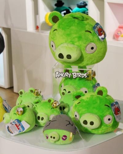 """Pelúcias com personagens de """"Angry Birds"""" são exibidas na loja conceito da Rovio em Espoo, na Finlândia. Segundo a empresa, já são mais de 13 mil tipos de produtos inspirados pelo popular jogo"""