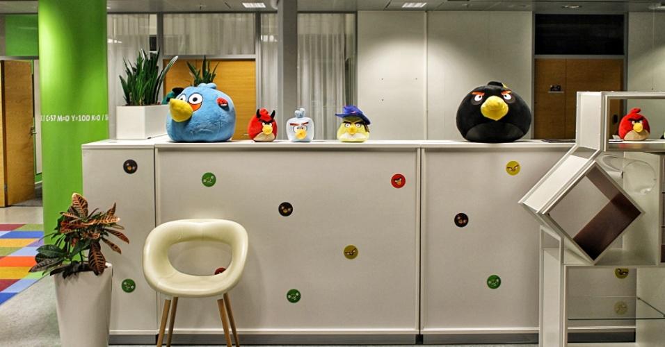 """Pelúcias de personagens do """"Angry Birds"""" estão espalhadas em várias partes do escritório da Rovio em Espoo, na Finlândia"""