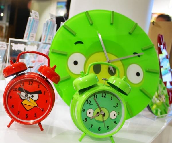 Relógio e despertadores são vendidos em loja conceito na sede da Rovio em Espoo, na Finlândia