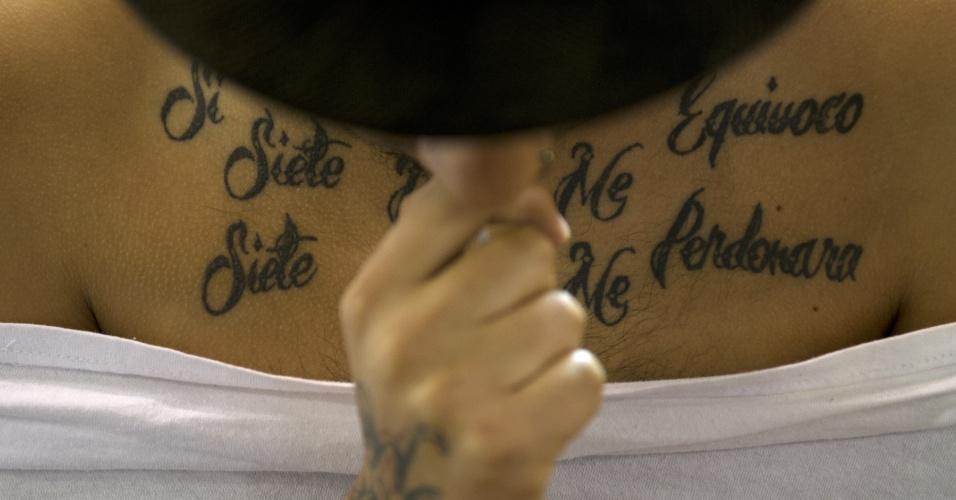 15.nov.2013 - Cliente tem o corpo tatuado durante a Bogota Tattoo Convention, em Bogotá, nesta sexta-feira (15). Cerca de 300 tatuadores de todo o mundo apresentam a sua arte na sétima edição do evento, que acontece entre 15 e 17 de novembro, e também conta com apresentações de dança e uma feira de roupas