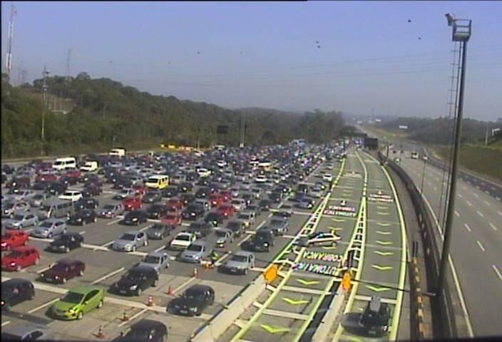 15.nov.2013 - É intenso o volume de carros na região do pedágio Piratininga, da rodovia dos Imigrantes, na manhã desta sexta-feira (15)