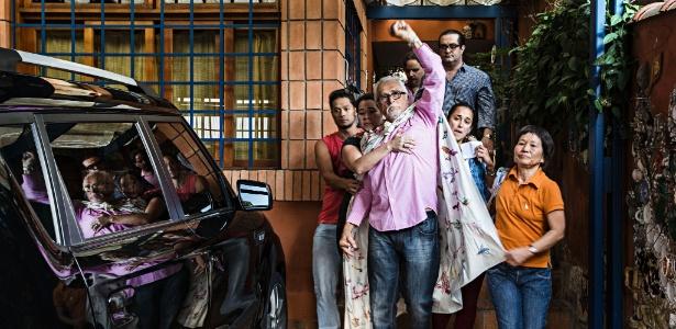 Com o braço esquerdo levantado em gesto de resistência, o ex-presidente do PT José Genoino deixa sua casa em SP antes de ser preso
