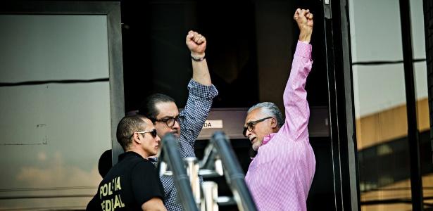 O ex-presidente do Partido dos Trabalhadores José Genoino ao se entregar à Polícia Federal no último dia 15