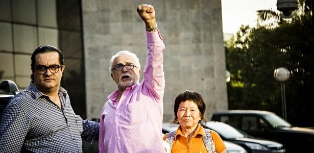 José Genoino faz um gesto de resistência ao se entregar à Superintendência da Polícia Federal em São Paulo, em novembro do ano passado
