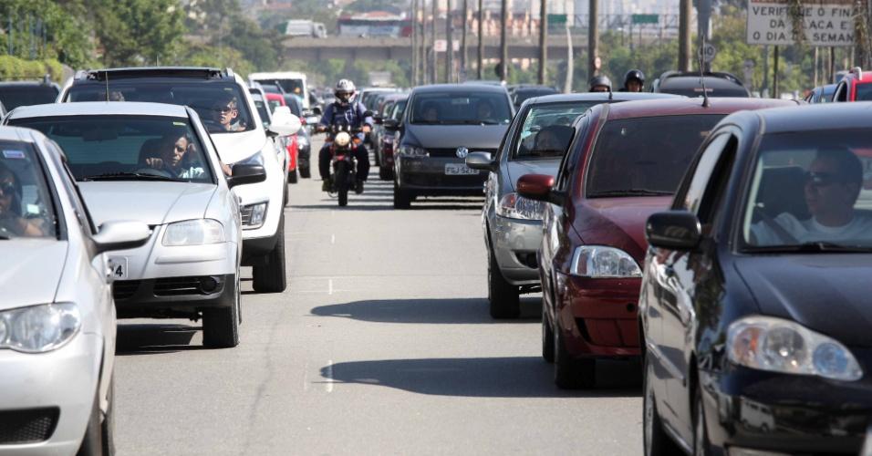 15.nov.2013 - Motociclista usa corredor para driblar congestionamento na rodovia dos Imigrantes, no sentido litoral sul de São Paulo, na manhã deste feriado da Proclamação da República. A viagem que demora em média 40 minutos chegava a levar até três horas
