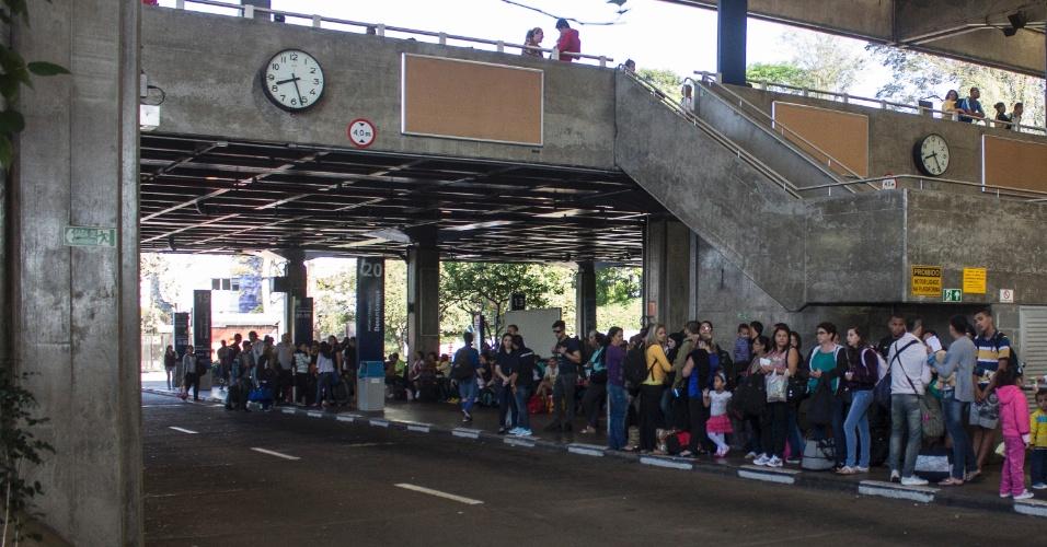 15.nov.2013 - Movimentação intensa de passageiros no Terminal Intermunicipal do Jabaquara, na zona sul de São Paulo, na manhã do feriado da Proclamação da República