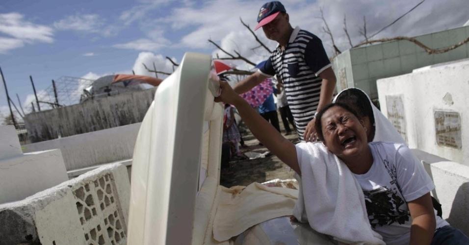 15.nov.2013 - Mulher chora ao lado do caixão de um parente morto em Tanauan, região central das Filipinas, após a passagem do tufão Haiyan na região