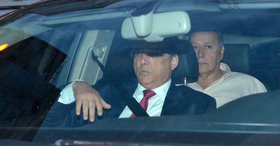 15.nov.2013 - O ex-deputado do PTB Romeu Queiroz (ao fundo) se apresentou à Superintendência da Polícia Federal em Belo Horizonte (MG), por volta das 19h20 desta sexta-feira (15), após expedição de mandado de prisão pelo STF por envolvimento com o escândalo do mensalão. Ele chegou acompanhado do advogado Marcelo Leonardo, que também defende Marcos Valério. Ele foi condenado por lavagem de dinheiro e corrupção passiva, com uma pena de seis anos e seis meses de prisão em regime semi-aberto