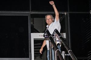 O ex-ministro da Casa Civil José Dirceu ao se entregar à PF