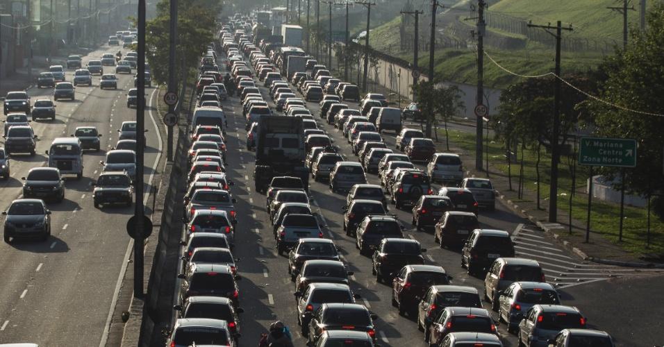 15.nov.2013 - O trânsito é intenso na manhã desta sexta feira,(15), na avenida dos Bandeirantes, sentido da rodovia dos Imigrantes, na região do Aeroporto de Congonhas