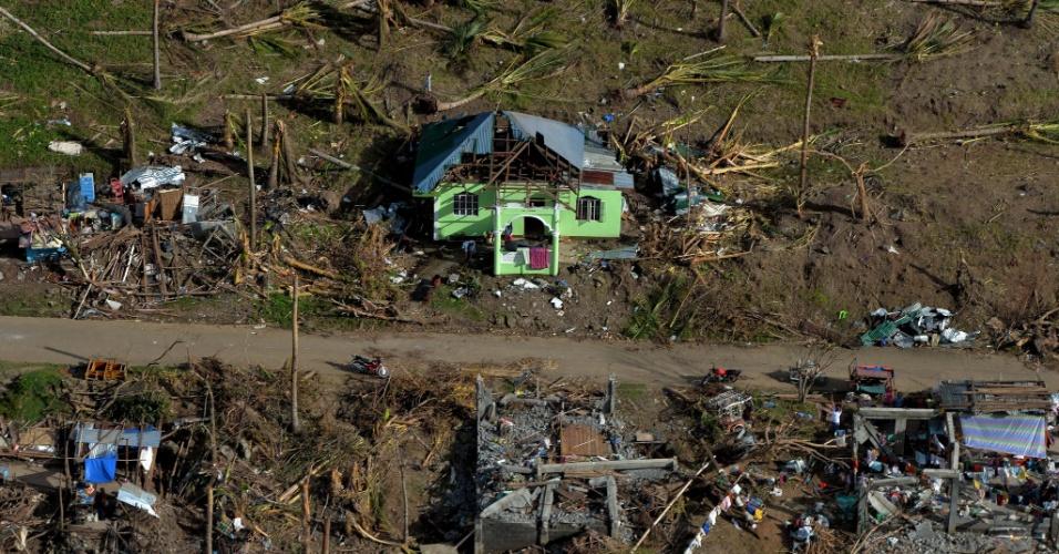 15.nov.2013 - Visão a mostra casas danificadas pela passagem do tufão Haiyan em uma aldeia ao norte de Tacloban, nas Filipinas
