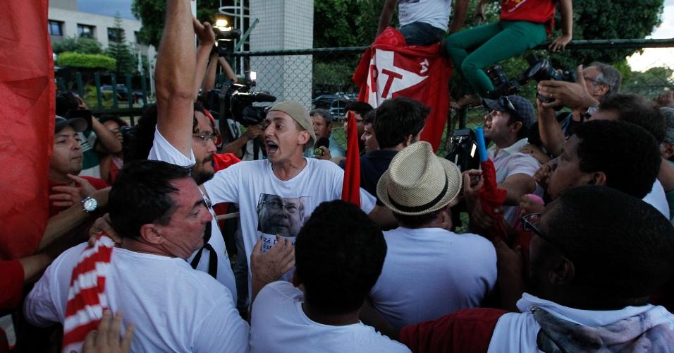 16.nov.2013 - Manifestantes do PT brigam com jornalista em frente à Polícia Federal em Brasília, enquanto esperam a chegada do ônibus com os nove presos condenados por envolvimento com o mensalão. No entanto, eles foram levados para a penitenciária da Papuda