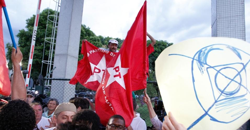 16.nov.2013 - Manifestantes do PT protestam em frente à Polícia Federal em Brasília contra a prisão de ex-líderes do partido, enquanto esperam a chegada do ônibus com os nove presos condenados por envolvimento com o mensalão. No entanto, eles foram levados para a penitenciária da Papuda
