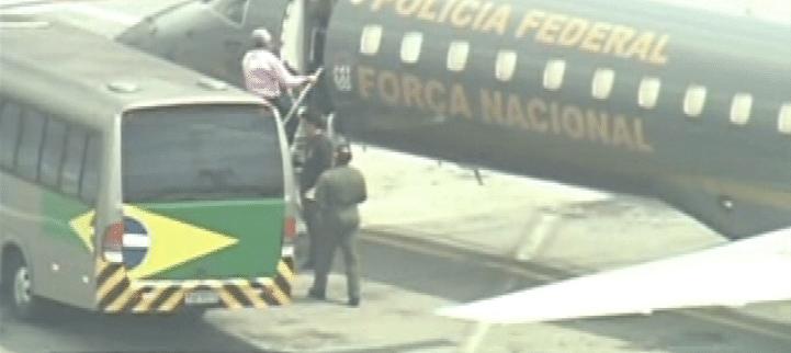 16.nov.2013 - O ex-presidente do PT José Genoino entra na aeronave da Polícia Federal no aeroporto de Congonhas, em São Paulo, que segue para Brasília onde os réus do mensalão cumprirão penas
