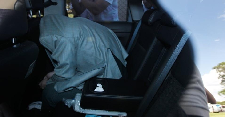 16.nov.2013 - O ex-tesoureiro do PT Delúbio Soares foi transferido da sede da Polícia Federal em Brasília para a Superintendência Regional do DF pouco depois das 15h deste sábado (16). Ele chegou em um carro e se cobriu com um paletó para não ser fotografado
