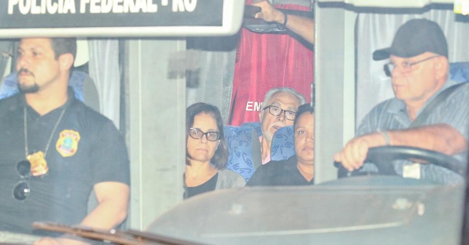 16.nov.2013 - Os nove condenados pelo julgamento do mensalão deixam o hangar da Polícia Federal em Brasília dentro de ônibus