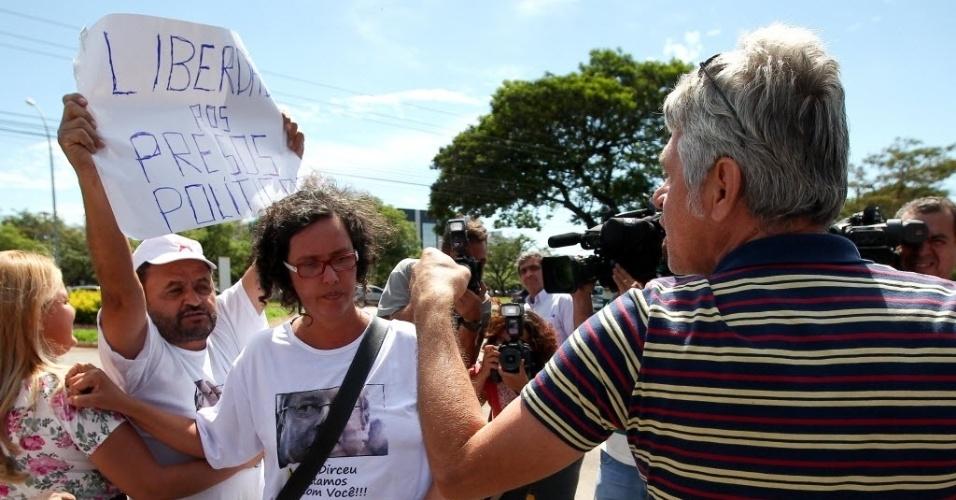16.nov.2013 - Pessoas protestam a favor dos condenados do mensalão do lado de fora da sede da Polícia Federal em Brasília, neste sábado (16)