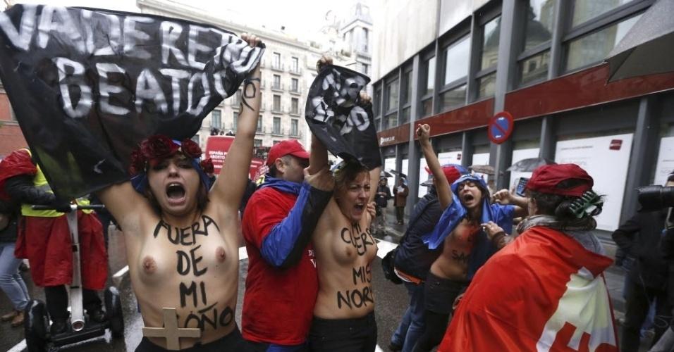 17.nov.2013 - Ativistas do Femen, famoso por protestos com mulheres seminuas, protestam contra uma marcha anti-aborto em Madri (Espanha), neste domingo (17)