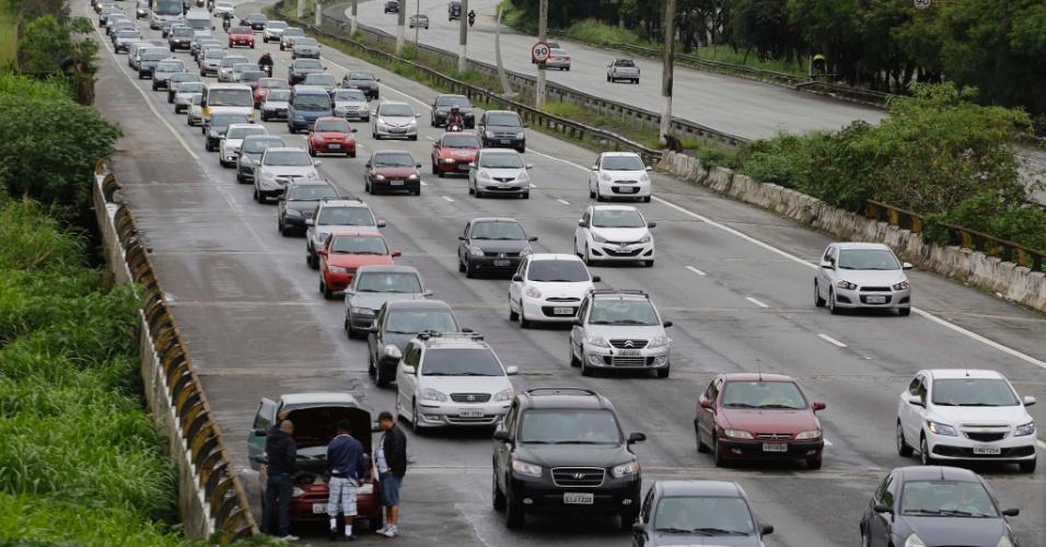 17.nov.2013 - Movimento intenso de veículos na Rodovia dos Imigrantes na chegada a cidade de São Paulo (SP) durante a volta do feriado de Proclamação da República, no final da manhã deste domingo (17)