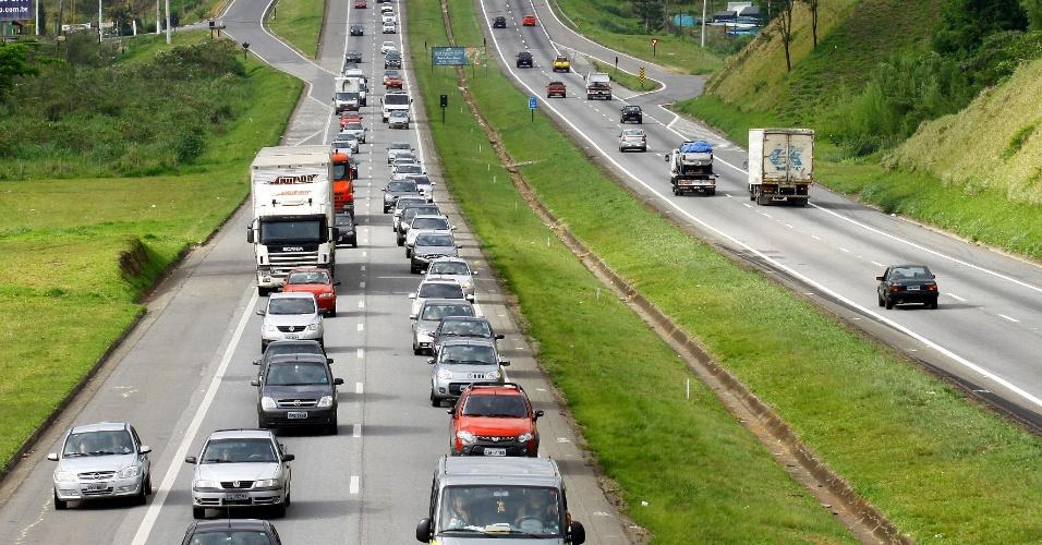 17.nov.2013 - Tráfego intenso de veículos na altura do km 45 da Rodovia Fernão Dias, sentido São Paulo, neste domingo (17), após o feriado prolongado de Proclamação da República