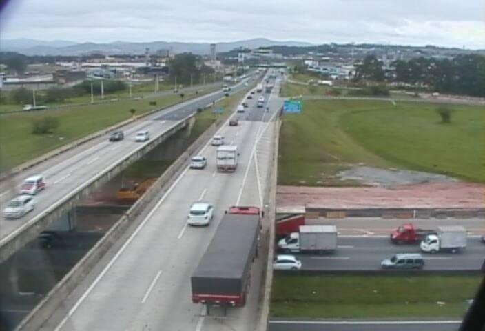 18.nov.2013 - A rodovia Ayrton Senna tem tráfego lento do km 34 ao km 30 e do km 24 ao km 11, no sentido São Paulo, devido ao excesso de veículos. No sentido interior, há lentidão entre o km 17 e o km 19. A imagem mostra a rodovia no km 19 sentido leste