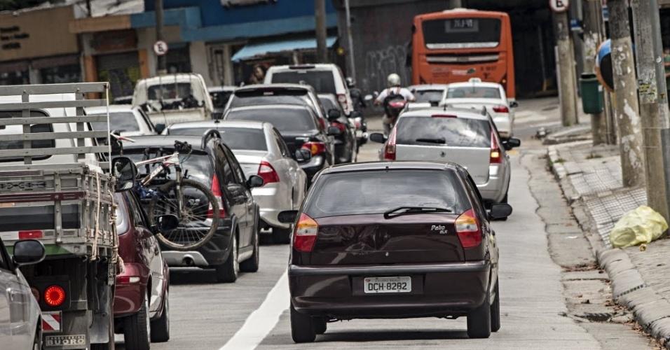 18.nov.2013 - Carro invade faixa exclusiva de ônibus na avenida Sumaré, na zona oeste de São Paulo. Faixa começou a funcionar nesta segunda-feira (18), mesmo dia que uma motofaixa que existia desde 2006 na via foi desativada. Segundo a CET (Companhia de Engenharia de Tráfego),