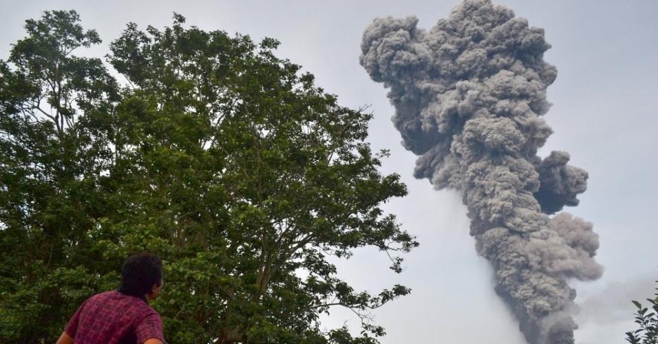 18.nov.2013 - Homem olha fumaça expelida pelo vulcão do Monte Sinabung na ilha indonésia de Sumatra. A Indonésia está em alerta devido à erupção do Sinabung e do vulcão Merapi, em Java
