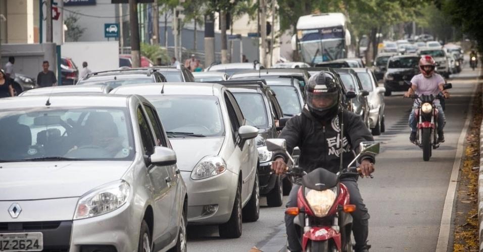 18.nov.2013 - Motociclista trafega por espaço onde funcionava uma motofaixa na avenida Sumaré, na zona oeste de São Paulo. A faixa foi desativada nesta segunda-feira (18). No mesmo dia, uma faixa exclusiva para ônibus foi implantada na via. Segundo a CET (Companhia de Engenharia de Tráfego),