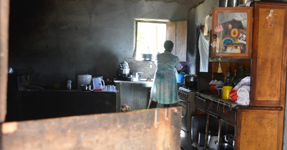 18.nov.2013 - Mulher cozinha no Quilombo Kalunga, na comunidade Engenho II, no interior de Goiás, o maior território remanescente quilombola do país. O Brasil possui mais de 2.400 comunidades quilombolas certificadas pela Fundação Cultural Palmares, espalhadas em 24 estados