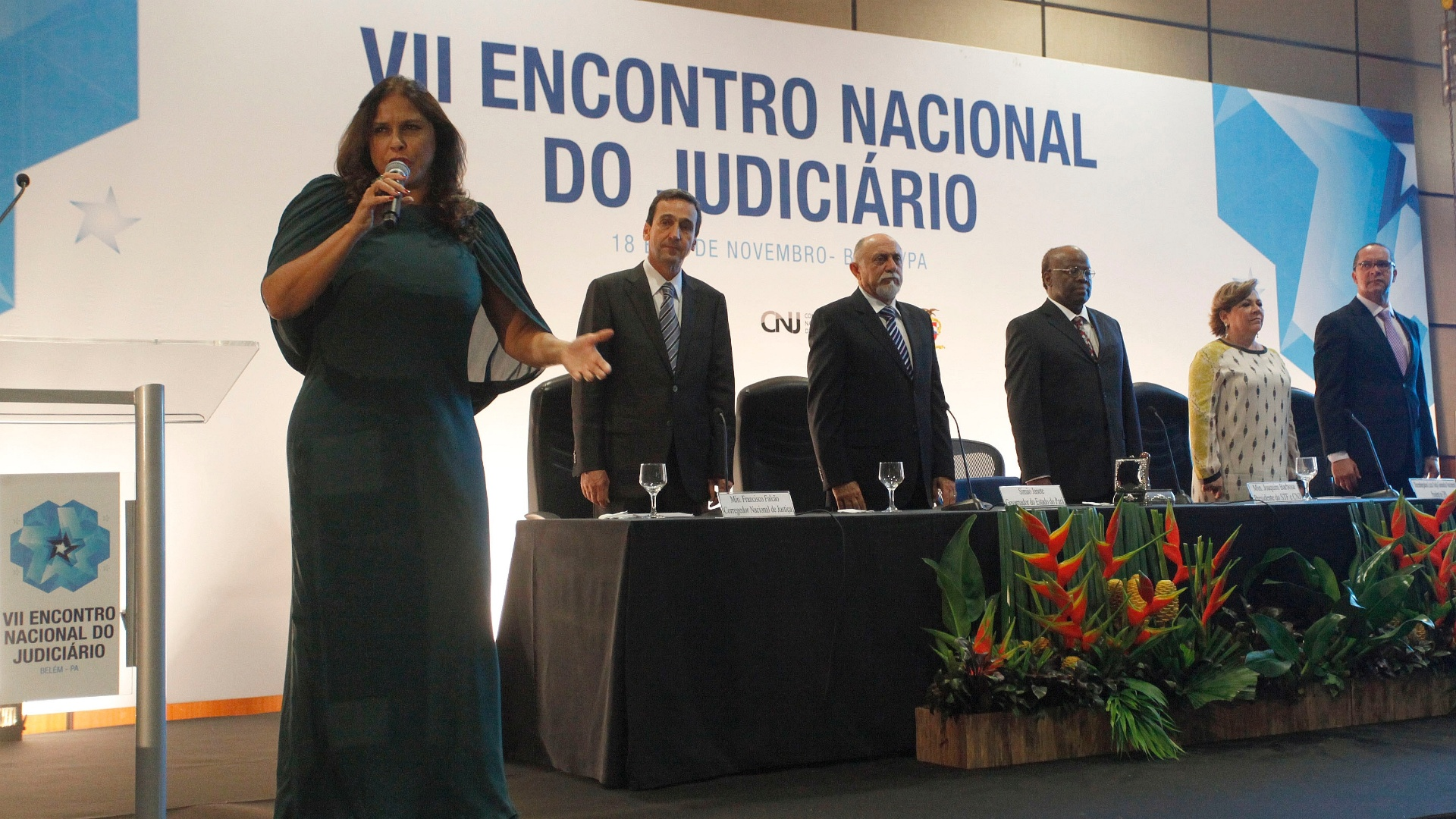 18.nov.2013 - A cantora Fafá de Belém canta o Hino Nacional na presença do presidente do STF, ministro Joaquim Barbosa
