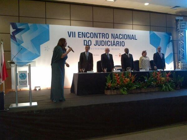18.nov.2013 - A cantora Fafá de Belém postou foto em seu Instagram de quando cantou o Hino Nacional para o presidente do STF, ministro Joaquim Barbosa