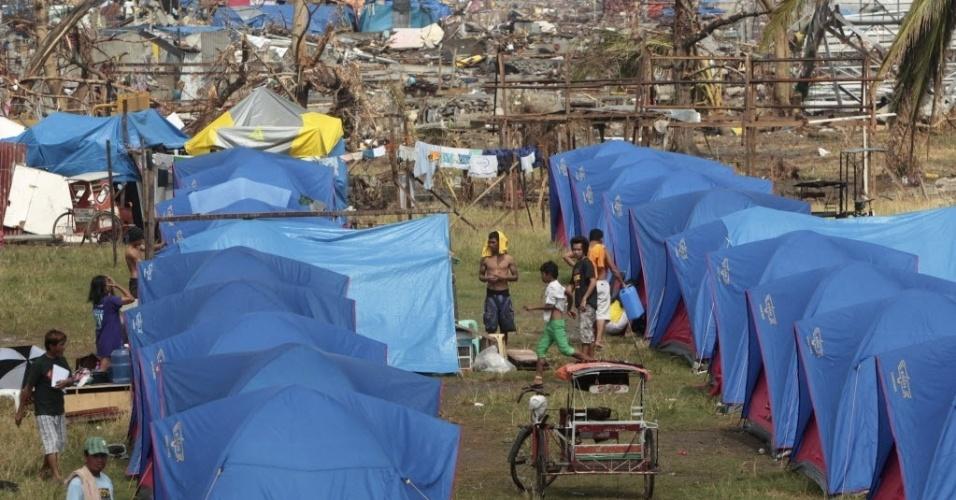 19.nov.2013 - Filipinos são vistos em acampamento em área devastada em Tacloban. As autoridades das Filipinas aumentaram para 3.976 o número provisório de mortos provocados pelo tufão Haiyan na região central do país