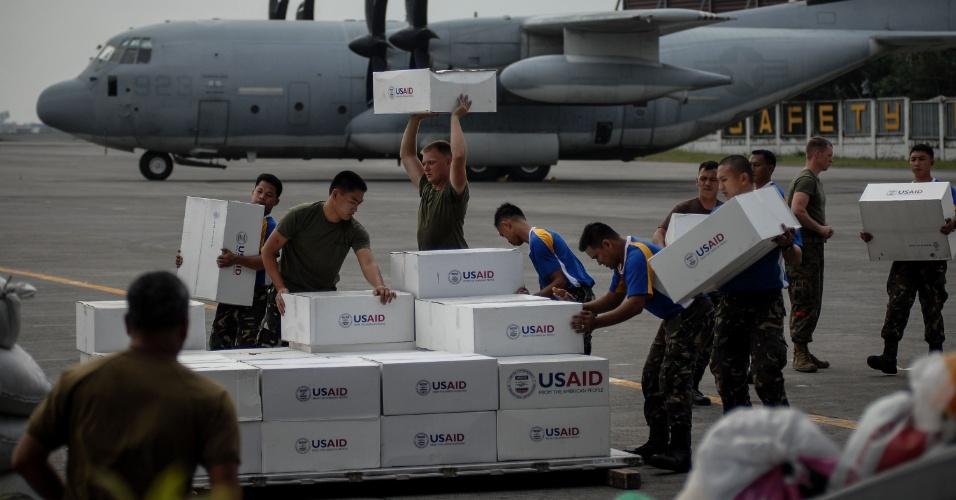 19.nov.2013 - Soldados americanos e filipinos descarregam mantimentos em Tacloban, Filipinas