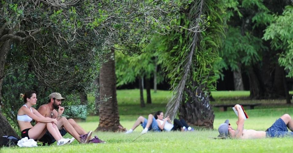 19.nov.2013 - Pessoas aproveitam tarde de calor no parque Ibirapuera, em São Paulo
