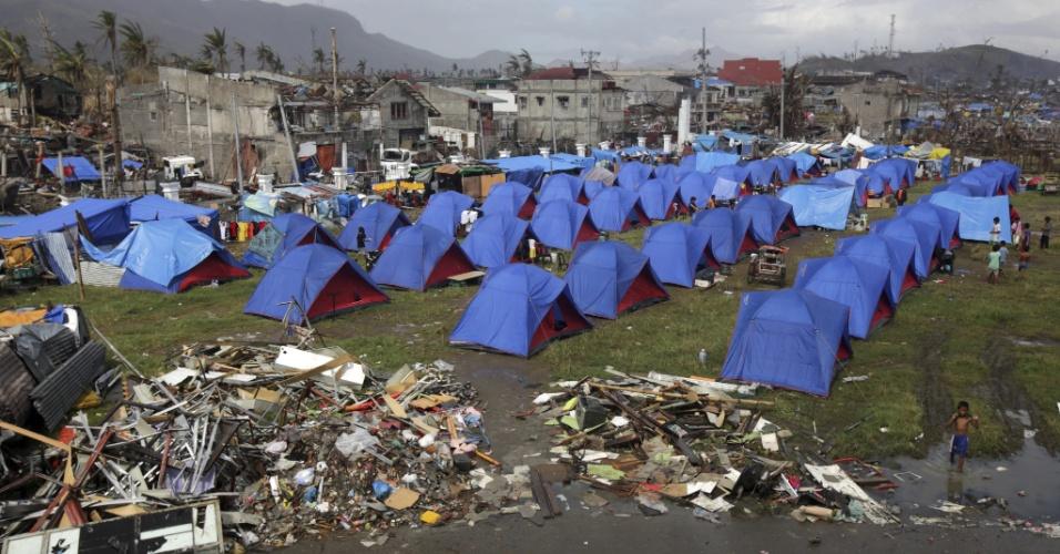 19.nov.2013 - Sobreviventes vivem em acampamento em área devastada pelo tufão Haiyan, em Tacloban, Filipinas